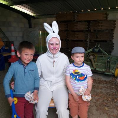 enfants et lapin